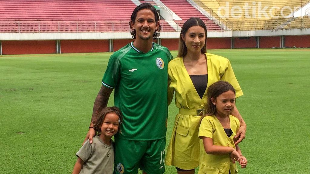 Didampingi Istri-Anak, Irfan Bachdim Berkostum PSS Sleman