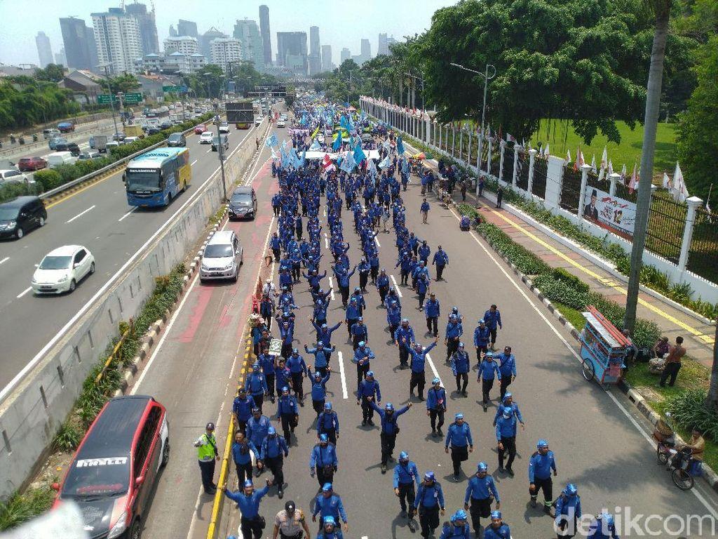 Massa Buruh Menyemut di Depan DPR, Kendaraan Dialihkan ke Busway