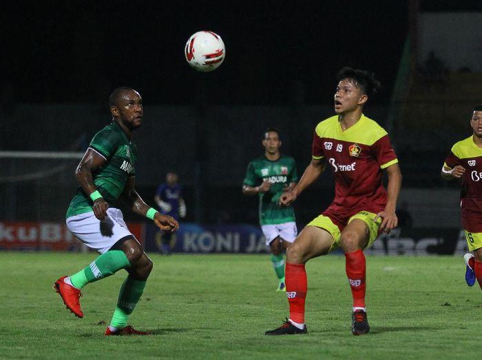 Pesepak bola Madura United Zah Rahan Krangar (kiri) berebut bola dengan pesepak bola Persik Reksa Maulana (kanan) saat pertandingan babak penyisihan Grup A Piala Gubernur Jawa Timur 2020 di Stadion Gelora Bangkalan (SGB), Bangkalan, Jawa Timur, Rabu (12/2/2020). Madura United mengalahkan Persik dengan skor akhir 1-0. ANTARA FOTO/Moch Asim/aww.