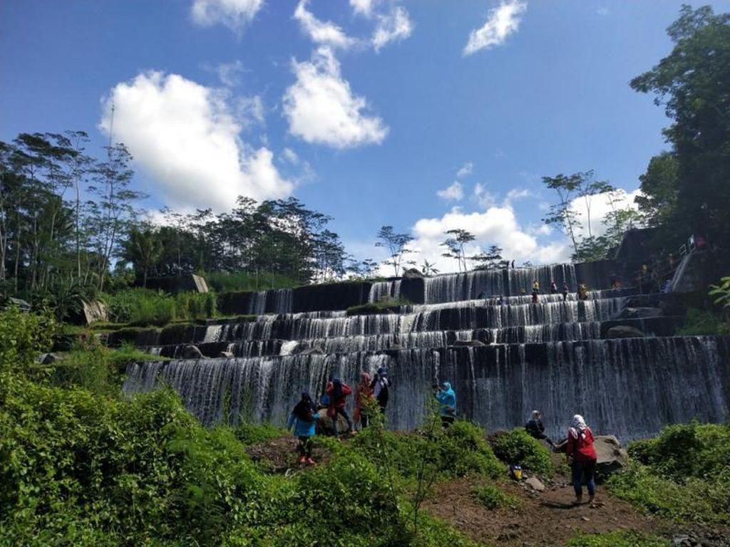 Air Terjun Batu Purba di Sleman: Keren dan Bikin Adem