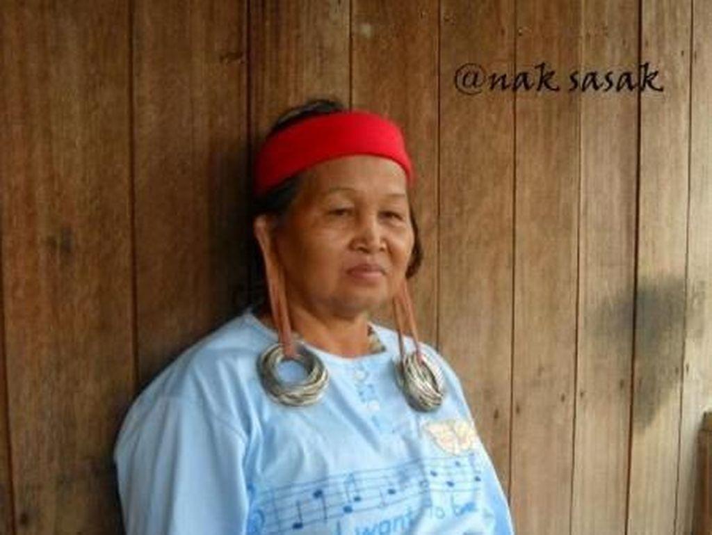 Cerita Dari Mahakam: Perempuan Bertato Arang Damar dan Telinga Panjang