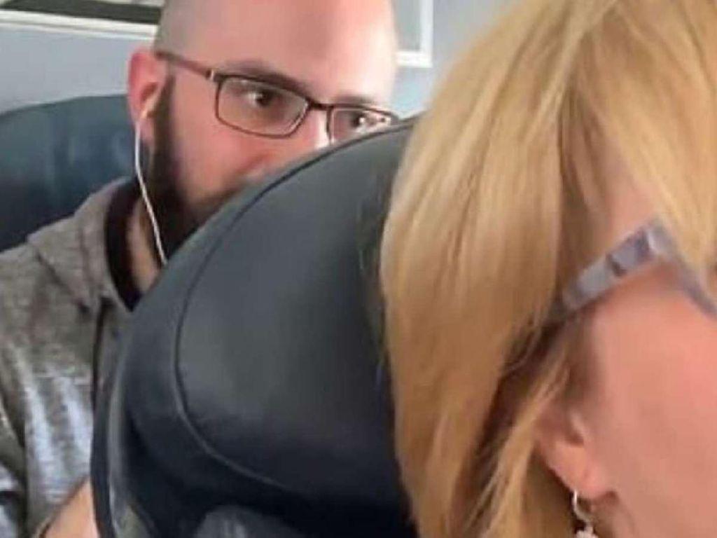 Rebahkan Sandaran Kursi Pesawat, Eh Malah Ditinju Penumpang Belakang