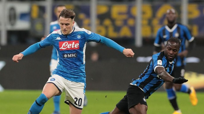 MILAN, ITALY - FEBRUARY 12:  Piotr Zielinski of SSC Napoli is challenged by Victor Moses of FC Internazionale during the Coppa Italia Semi Final match between FC Internazionale and SSC Napoli at Stadio Giuseppe Meazza on February 12, 2020 in Milan, Italy.  (Photo by Emilio Andreoli/Getty Images)