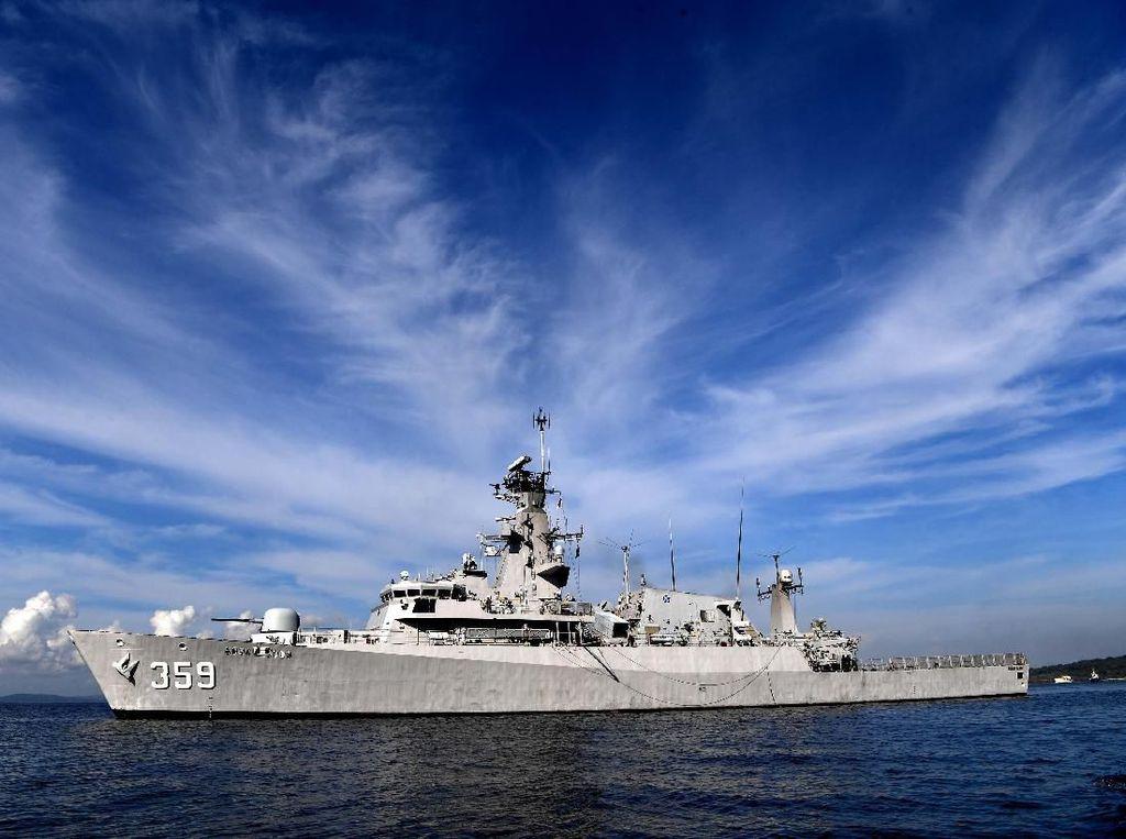 TNI AL Kerahkan 2 KRI Cari 14 Kapal Nelayan Tenggelam di Kalbar