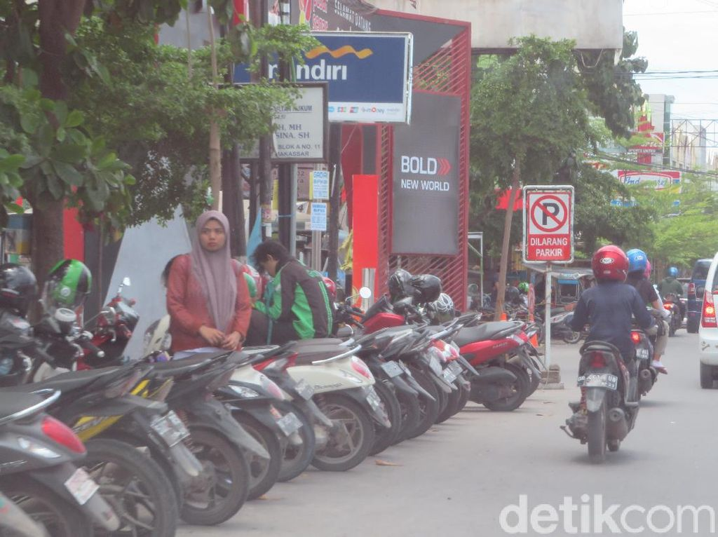 Jadi Salah Satu Sebab Kemacetan, Begini Potret Parkir Liar di Makassar