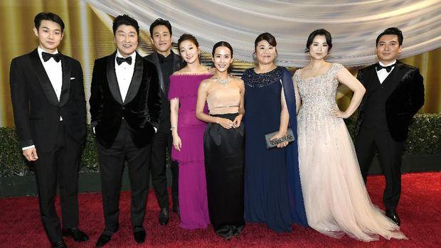 HOLLYWOOD, CALIFORNIA - FEBRUARY 09: (L-R) Choi Woo-shik, Kang-Ho Song, Lee Sun Gyun, Park So-dam, Cho Yeo-jeong, Lee Jeong-eun, Jang Hye-jin and Park Myung-hoon attend the 92nd Annual Academy Awards at Hollywood and Highland on February 09, 2020 in Hollywood, California.   Kevork Djansezian/Getty Images/AFP