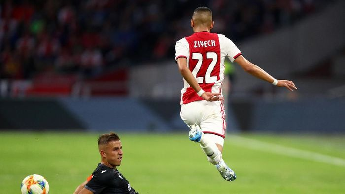 AMSTERDAM, NETHERLANDS - AUGUST 13: Hakim Ziyech of Ajax is tackled by Dimitris Pelkas of PAOK during the UEFA Champions League Third Qualifying Round match between Ajax and PAOK Saloniki at Johan Cruyff Arena on August 13, 2019 in Amsterdam, Netherlands. (Photo by Dean Mouhtaropoulos/Getty Images)