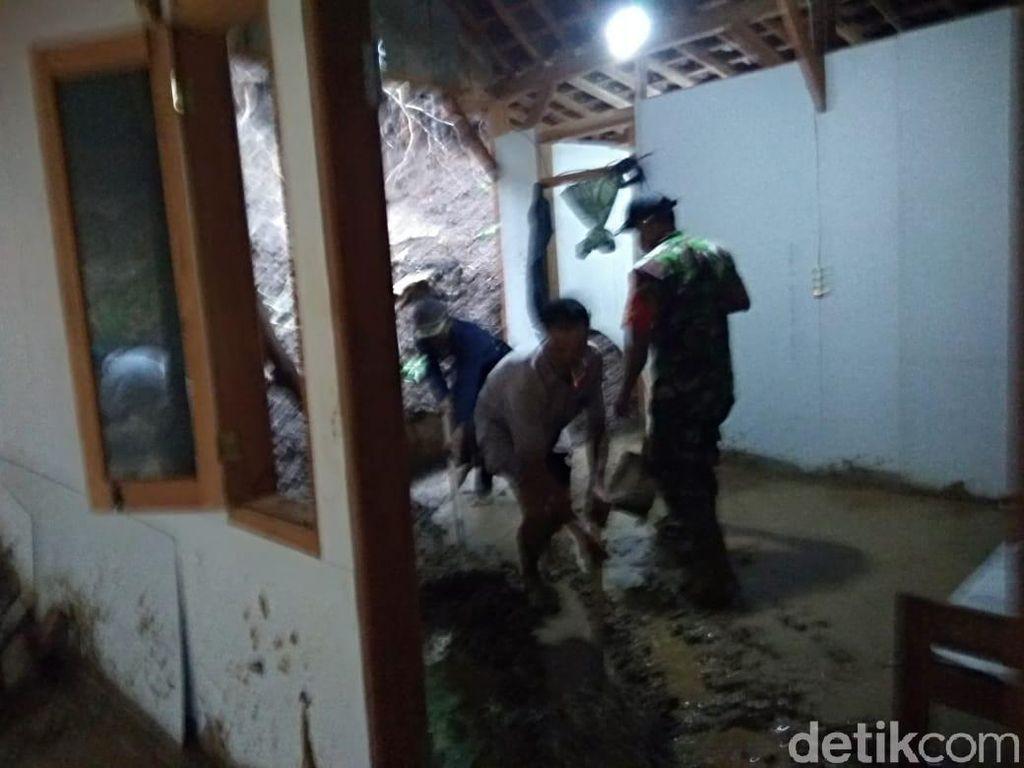 Tebing Setinggi 10 Meter Longsor Timpa Rumah Warga Trenggalek