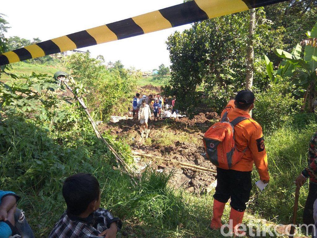 Polisi Olah TKP Cari Penyebab Longsor di Pinggir Tol Purbaleunyi