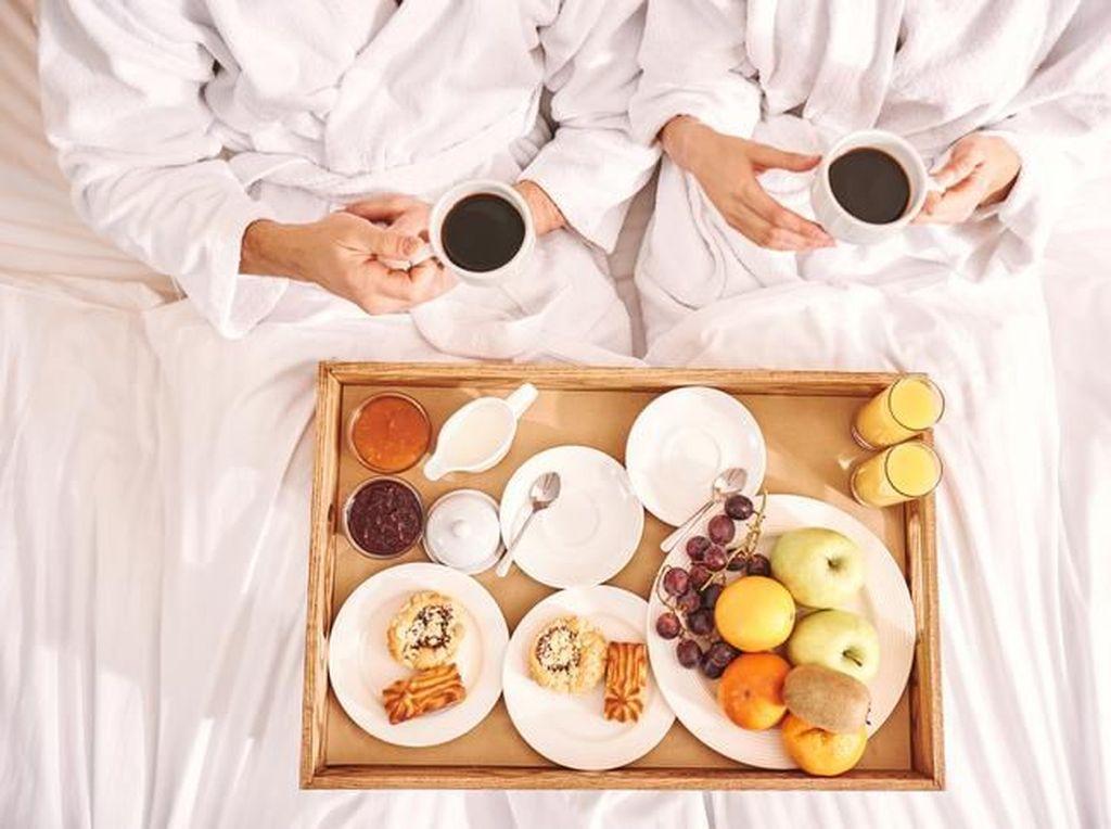 Mau Sarapan Romantis Breakfast in Bed? Ini Tipsnya