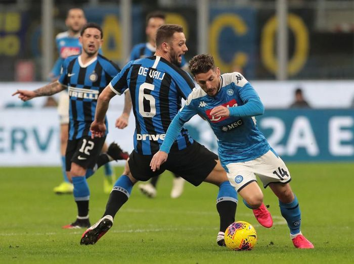 MILAN, ITALY - FEBRUARY 12:  Dries Mertens of SSC Napoli is challenged by Stefan De Vrij of FC Internazionale during the Coppa Italia Semi Final match between FC Internazionale and SSC Napoli at Stadio Giuseppe Meazza on February 12, 2020 in Milan, Italy.  (Photo by Emilio Andreoli/Getty Images)