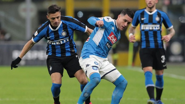 MILAN, ITALY - FEBRUARY 12:  Jose Callejon of SSC Napoli is challenged by Alexis Sanchez of FC Internazionale during the Coppa Italia Semi Final match between FC Internazionale and SSC Napoli at Stadio Giuseppe Meazza on February 12, 2020 in Milan, Italy.  (Photo by Emilio Andreoli/Getty Images)
