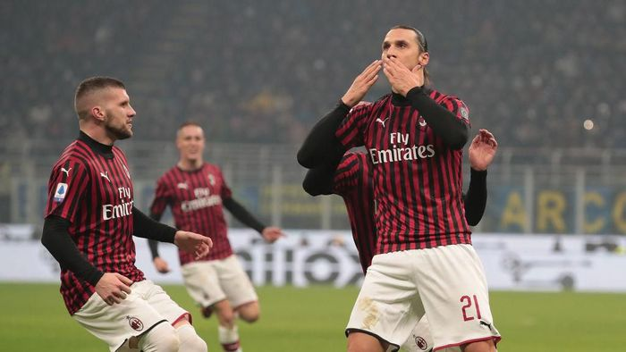 MILAN, ITALY - FEBRUARY 09:  Zlatan Ibrahimovic of AC Milan celebrates his goal with his team-mate Ante Rebic (L) during the Serie A match between FC Internazionale and AC Milan at Stadio Giuseppe Meazza on February 9, 2020 in Milan, Italy.  (Photo by Emilio Andreoli/Getty Images)