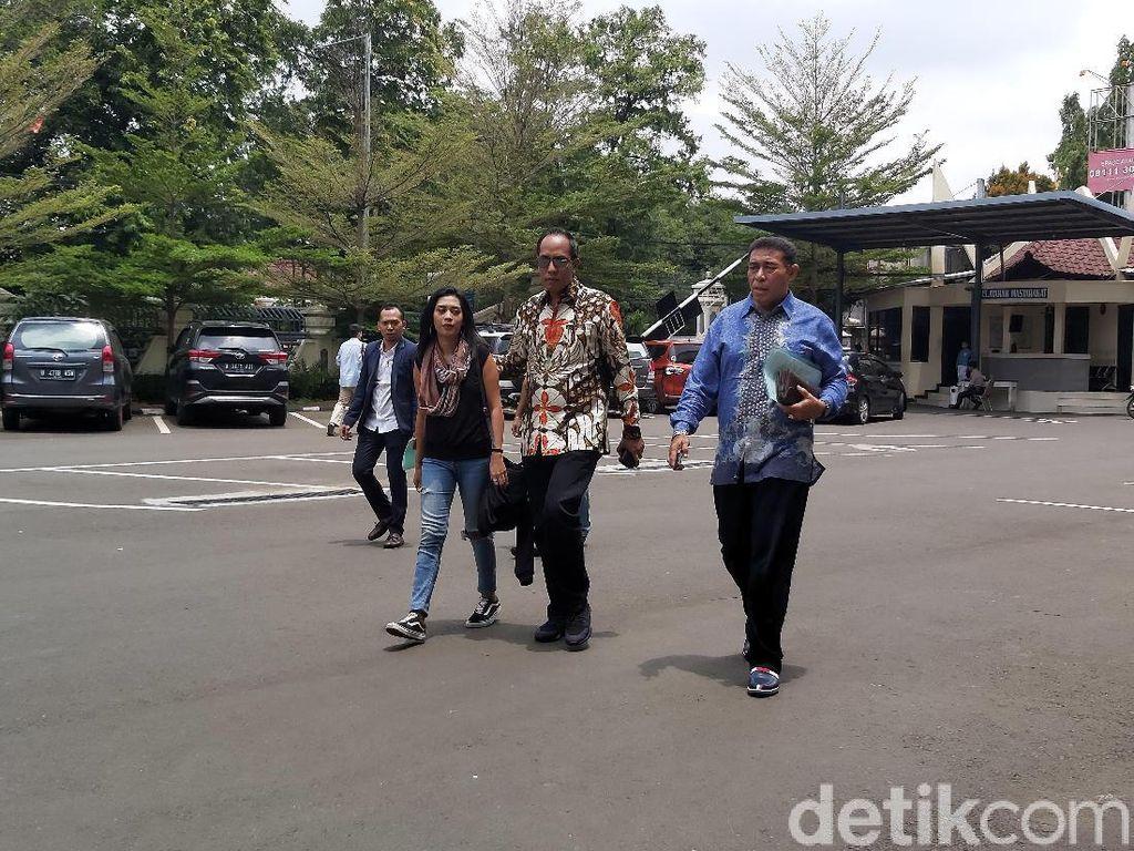 Sambangi Polres Jaksel, Karen Pooroe Tagih Update Kasus Anaknya Meninggal