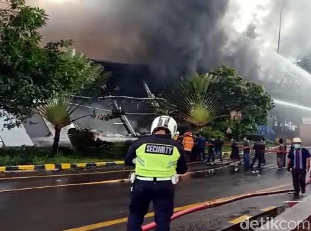 Pabrik Kosmetik Terbakar, Polisi: Percikan Api Sambar Botol Isi Cairan