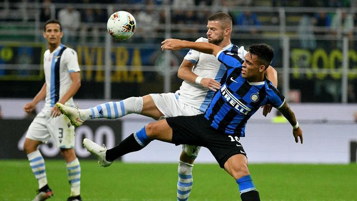 MILAN, ITALY - SEPTEMBER 25:  Lautaro Martinezof FC Internazione compete for the ball with Lucas Leiva of SS Lazio during the Serie A match between FC Internazionale and SS Lazio at Stadio Giuseppe Meazza on September 25, 2019 in Milan, Italy.  (Photo by Marco Rosi/Getty Images)