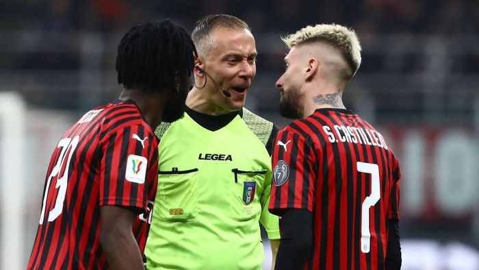 MILAN, ITALY - FEBRUARY 13:  Referee Paolo Valeri (C) disputes with Samuel Castillejo (R) of AC Milan during the Coppa Italia Semi Final match between AC Milan and Juventus at Stadio Giuseppe Meazza on February 13, 2020 in Milan, Italy.  (Photo by Marco Luzzani/Getty Images)