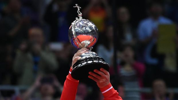 This picture taken on May 21, 2016 shows national badminton coach Li Yongbo of China holding the trophy after his women's team won the women's finals group match at the Uber Cup badminton tournament in Kunshan, eastern China's Jiangsu Province. - hina's national badminton coach Li Yongbo declared his players were still among the best in the world but urged fans to be patient and expect occasional defeats after the host's shock exit from the Thomas Cup. (Photo by JOHANNES EISELE / AFP) / TO GO WITH Badminton-Thomas-Uber-CHN-Li by David STOUT