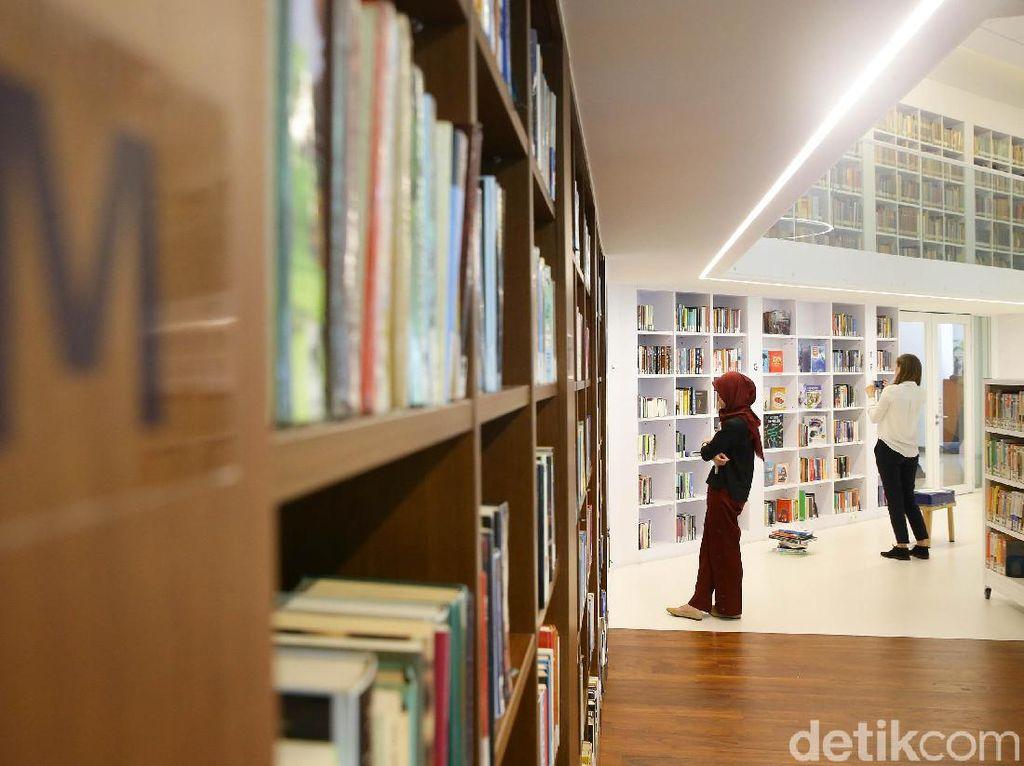 Main-main ke Perpustakaan Erasmus Huis yang Instagramable