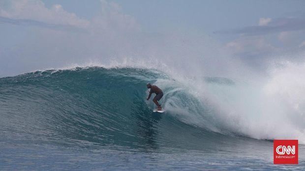 Suasana berwisata di Kepulauan Mentawai, Sumatera Barat.