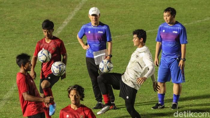 Shin Tae-yong untuk pertama kalinya memimpin latihan Timnas Indonesia Senior yang berlangsung di Stadion Madya, Senayan, Jakarta Pusat, Jumat (14/2/2020) malam WIB.