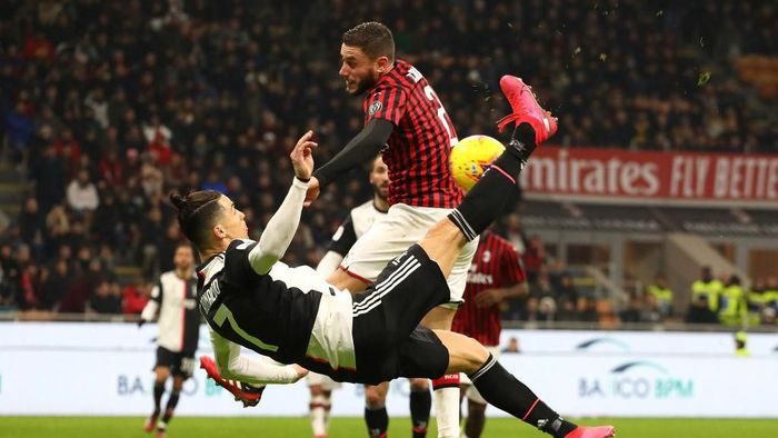 MILAN, ITALY - FEBRUARY 13:  Cristiano Ronaldo of Juventus performs an overhead kick during the Coppa Italia Semi Final match between AC Milan and Juventus at Stadio Giuseppe Meazza on February 13, 2020 in Milan, Italy.  (Photo by Marco Luzzani/Getty Images)