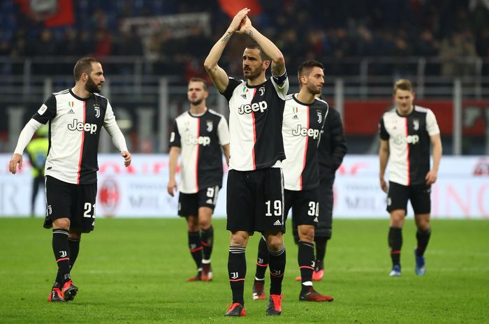 MILAN, ITALY - FEBRUARY 13:  Leonardo Bonucci of Juventus FC salutes the fans at the end of the Coppa Italia Semi Final match between AC Milan and Juventus at Stadio Giuseppe Meazza on February 13, 2020 in Milan, Italy.  (Photo by Marco Luzzani/Getty Images)