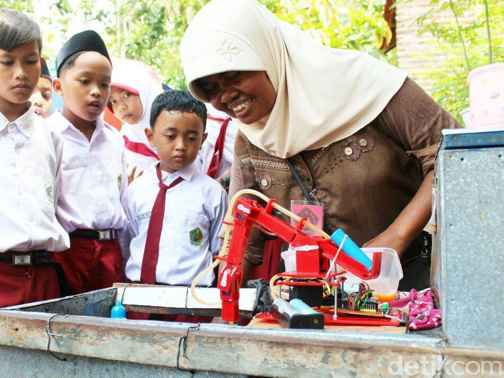Pemuda Purworejo Jualan Dibantu Robot, Telur Dagangan Laris Manis