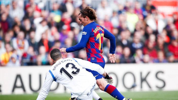 BARCELONA, SPAIN - FEBRUARY 15: Antoine Griezmann of FC Barcelona dribbles David Soria of Getafe CF during the Liga match between FC Barcelona and Getafe CF at Camp Nou on February 15, 2020 in Barcelona, Spain. (Photo by Eric Alonso/Getty Images)