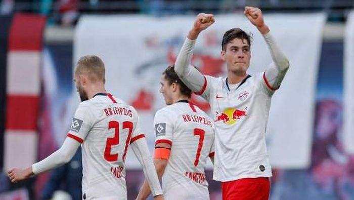Leipzigs Czech forward Patrik Schick (R) celebrates scoring the 2-0 goal with his team-mates during the German first division Bundesliga football match RB Leipzig vs SV Werder Bremen, in Leipzig, eastern Germany on February 15, 2020. (Photo by Odd ANDERSEN / AFP)