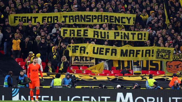 Spanduk berisi pesan untuk pembebasan Rui Pinto di stadion