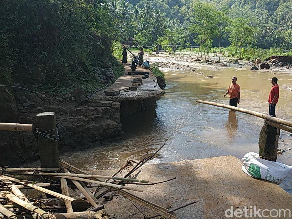 Jembatan Penghubung Putus, Puluhan Keluarga di Pacitan Terisolasi