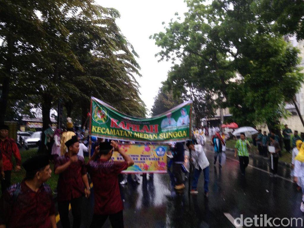 Peserta MTQ Medan Tetap Semangat Pawai Taaruf Meski Hujan