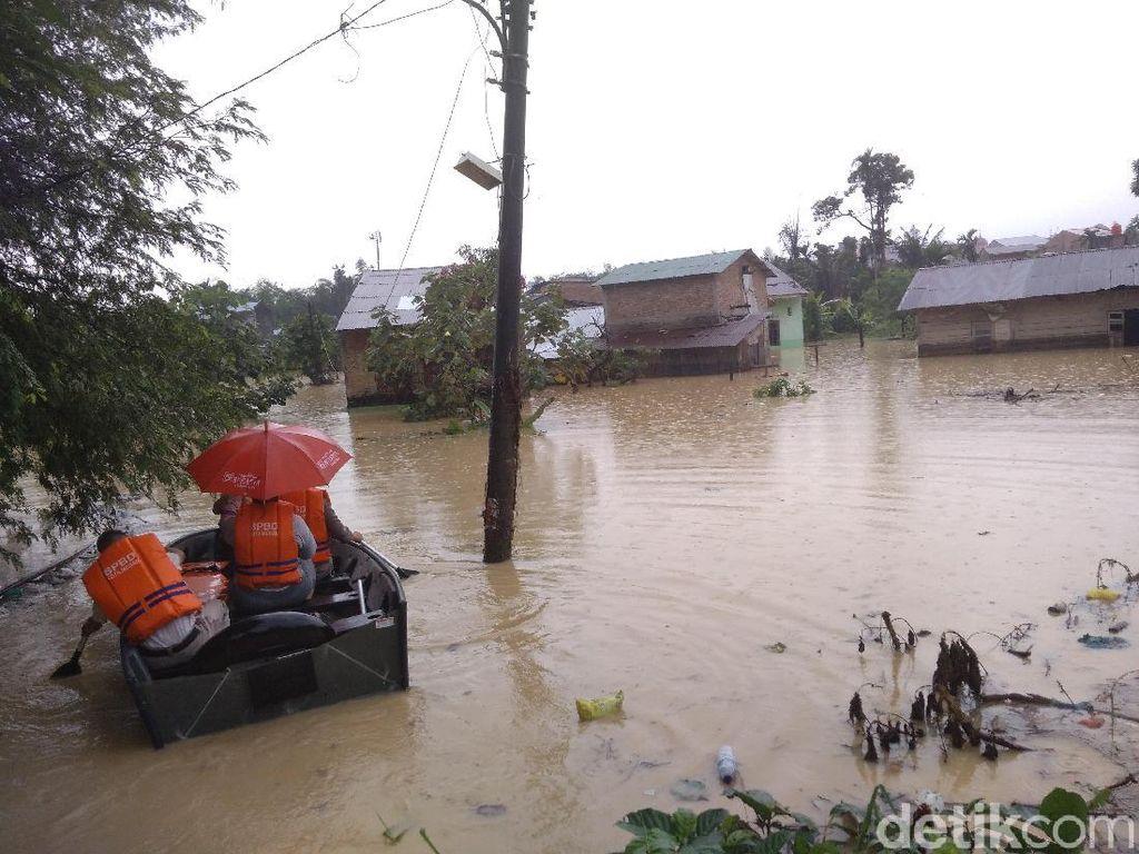 Sungai Babura di Medan Meluap: 60 KK Mengungsi, 1 Warga Lumpuh Dievakuasi