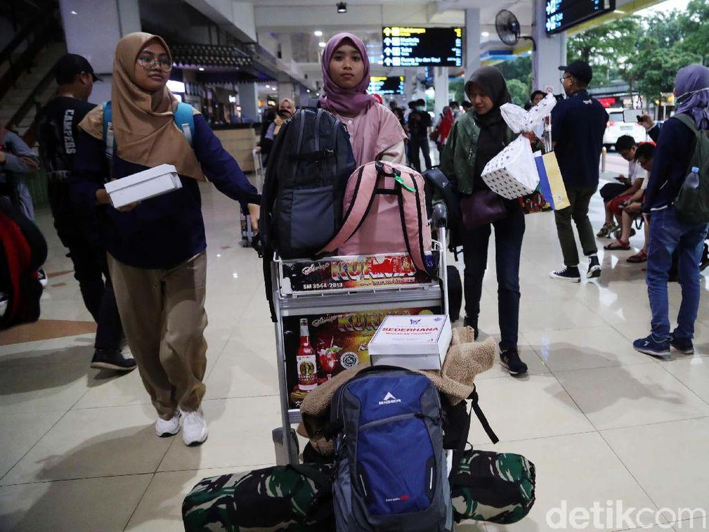 Momen WNI dari Natuna Tiba di Bandara Halim