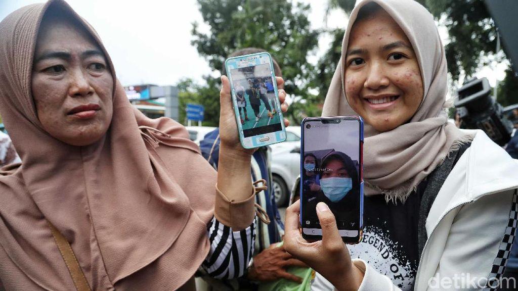 Ekspresi Kebahagiaan Keluarga Sambut Kepulangan WNI dari Natuna