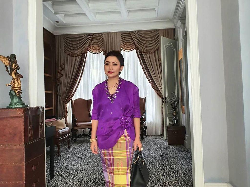 Lihat Gaya Mayangsari Eksis di Pernikahan Cucu Soeharto