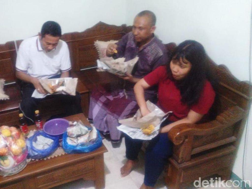 Melihat Lahapnya Mahasiswi yang Pulang dari Wuhan Santap Nasi Boran