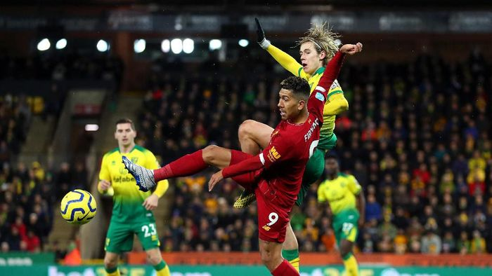 NORWICH, ENGLAND - FEBRUARY 15: Roberto Firmino of Liverpool collides with Todd Cantwell of Norwich City during the Premier League match between Norwich City and Liverpool FC at Carrow Road on February 15, 2020 in Norwich, United Kingdom. (Photo by Catherine Ivill/Getty Images)