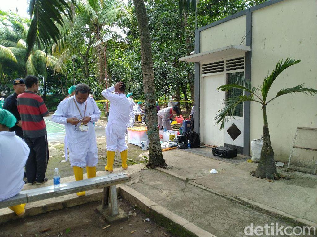 Petugas Berpelindung Lengkap Bersihkan Sisa Radioaktif di Batan Indah