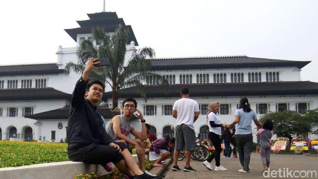 Antusias Warga Berkunjung ke Gedung Sate di Akhir Pekan