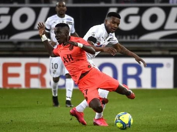 Amiens French forward Sehrou Guirassy (R) tackles Paris Saint-Germains Senegalese midfielder Idrissa Gueye during the French L1 football match between Amiens SC and Paris Saint-Germain (PSG) at the Licorne stadium in Amiens, northern France, on February 15, 2020. (Photo by FRANCOIS LO PRESTI / AFP)