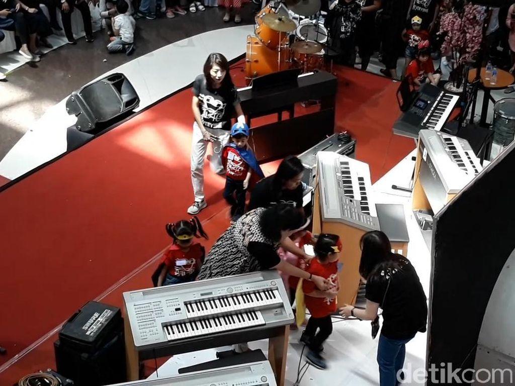 Gemas! Jan Ethes Tampil di Panggung Musik, Jokowi-Gibran Ikut Nonton