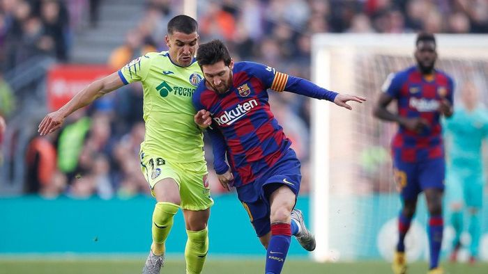 BARCELONA, SPAIN - FEBRUARY 15: Lionel Messi of FC Barcelona is tackled by Mauro Arambarri of Getafe CF during the Liga match between FC Barcelona and Getafe CF at Camp Nou on February 15, 2020 in Barcelona, Spain. (Photo by Eric Alonso/Getty Images)