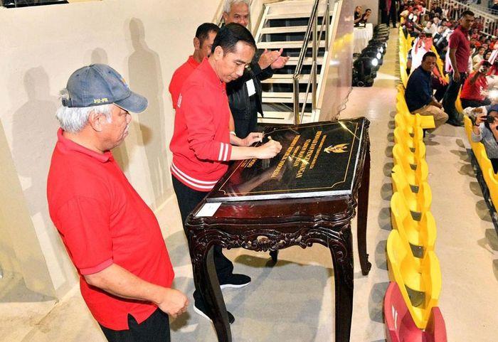 Presiden Joko Widodo telah meresmikan Stadion Manahan, Solo, Peresmian stadion calon tuan rumah Piala Dunia U-20 2021 ini ditandai penandatanganan prasasti.