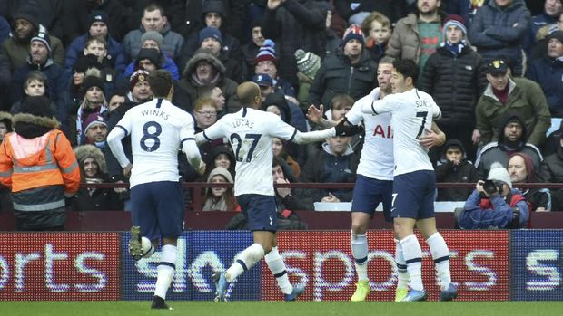 Aston Villa's Danny Drinkwater, left, and Tottenham's Lucas Moura challenge for the ball during the English Premier League soccer match between Aston Villa and Tottenham Hotspur at Villa Park in Birmingham, England, Sunday, Feb. 16, 2020. (AP Photo/Rui Vieira)