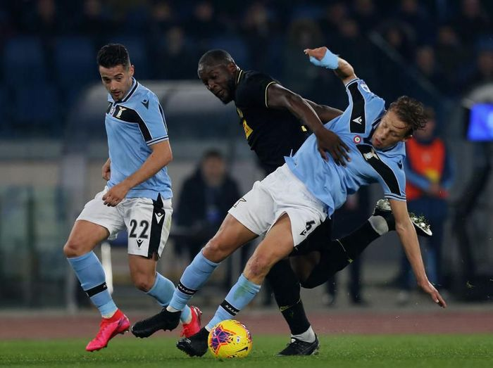 ROME, ITALY - FEBRUARY 16:  Romelu Lukaku of FC Internazionale competes for the ball with Lucas Leiva of SS Lazio during the Serie A match between SS Lazio and FC Internazionale at Stadio Olimpico on February 16, 2020 in Rome, Italy.  (Photo by Paolo Bruno/Getty Images)