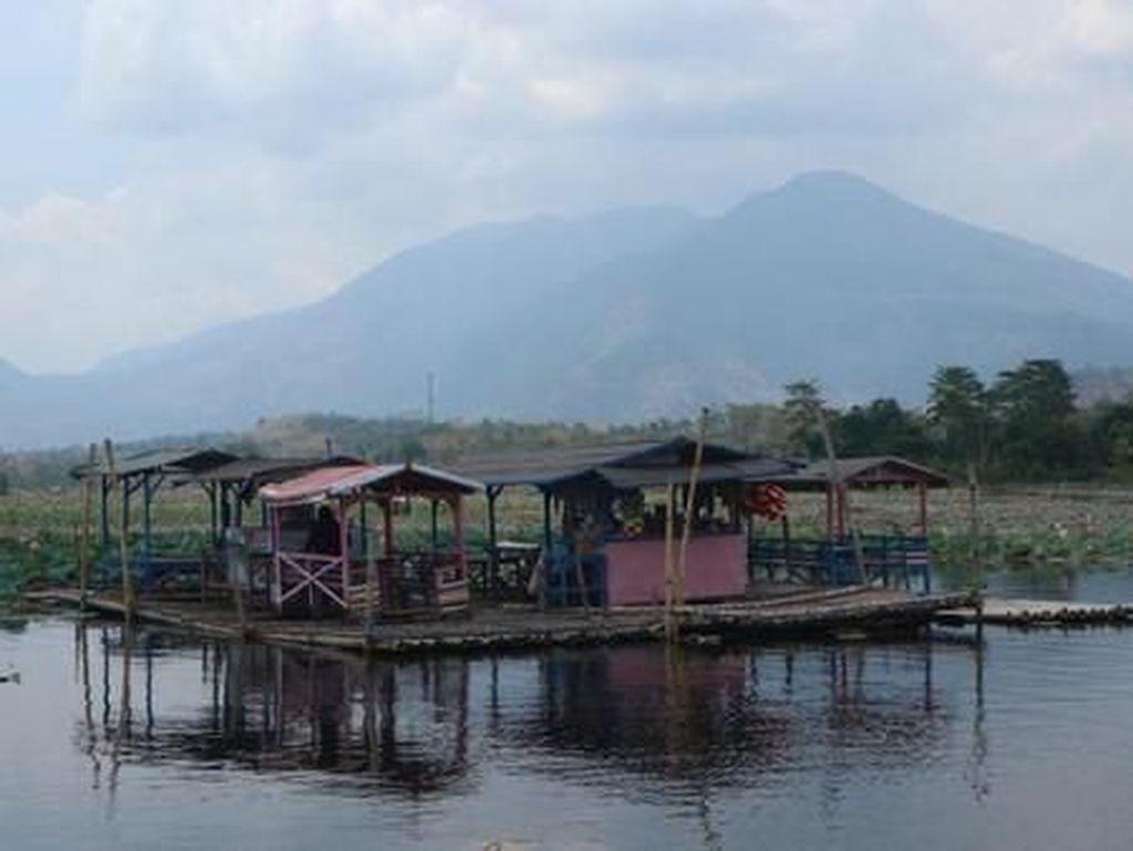Pagi-pagi, Nikmatilah Suasana di Warung Apung Situ Bagendit