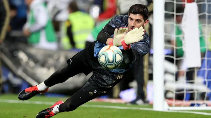 MADRID, SPAIN - FEBRUARY 16: Thibaut Courtois of Real Madrid warms up prior to the La Liga match between Real Madrid CF and RC Celta de Vigo at Estadio Santiago Bernabeu on February 16, 2020 in Madrid, Spain. (Photo by Angel Martinez/Getty Images)