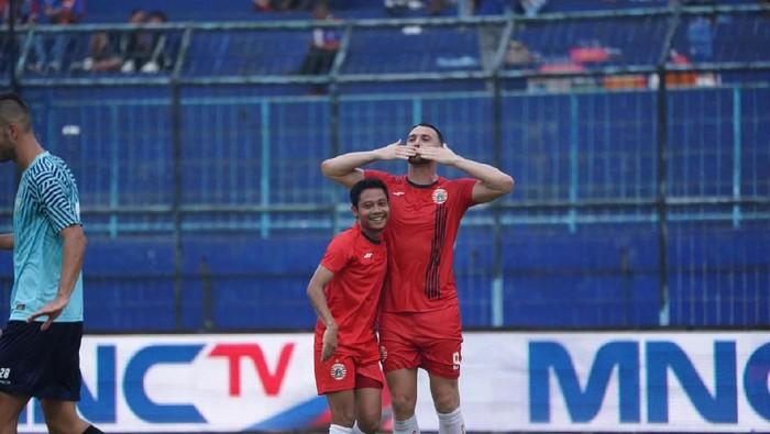 Marko Simic melakukan selebrasi gol Persija Jakarta bersama Evan Dimas di Stadion Kanjuruhan, Malang.